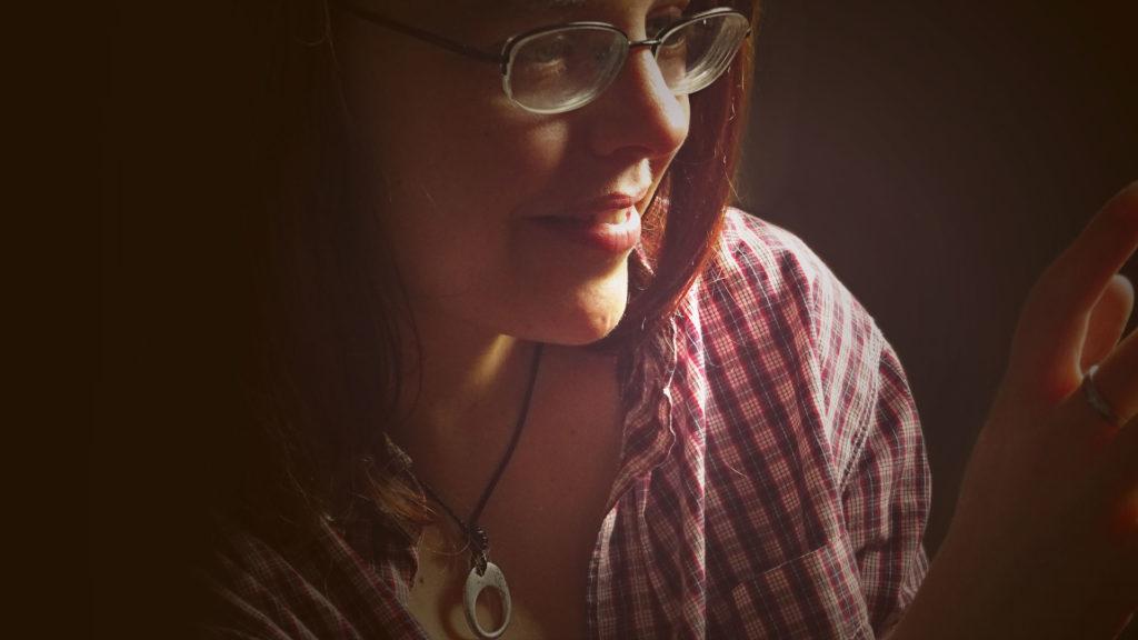 Sinnemanie, Licht und Schatten, warmes Licht - Liebe, Portrait einer Frau mit Halskette